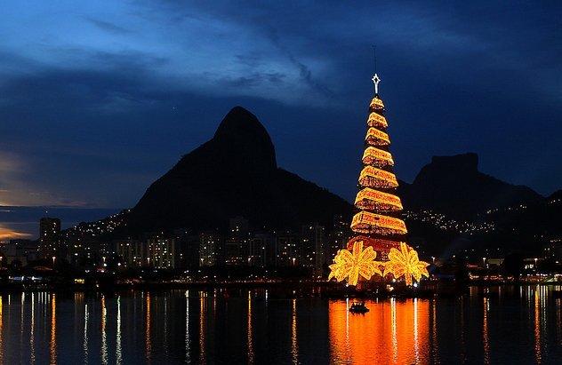 Фото Самая большая плавающая ёлка в мире. Бразилия, Rio de Janeiro, Avenida Epitacio Pessoa, 1564