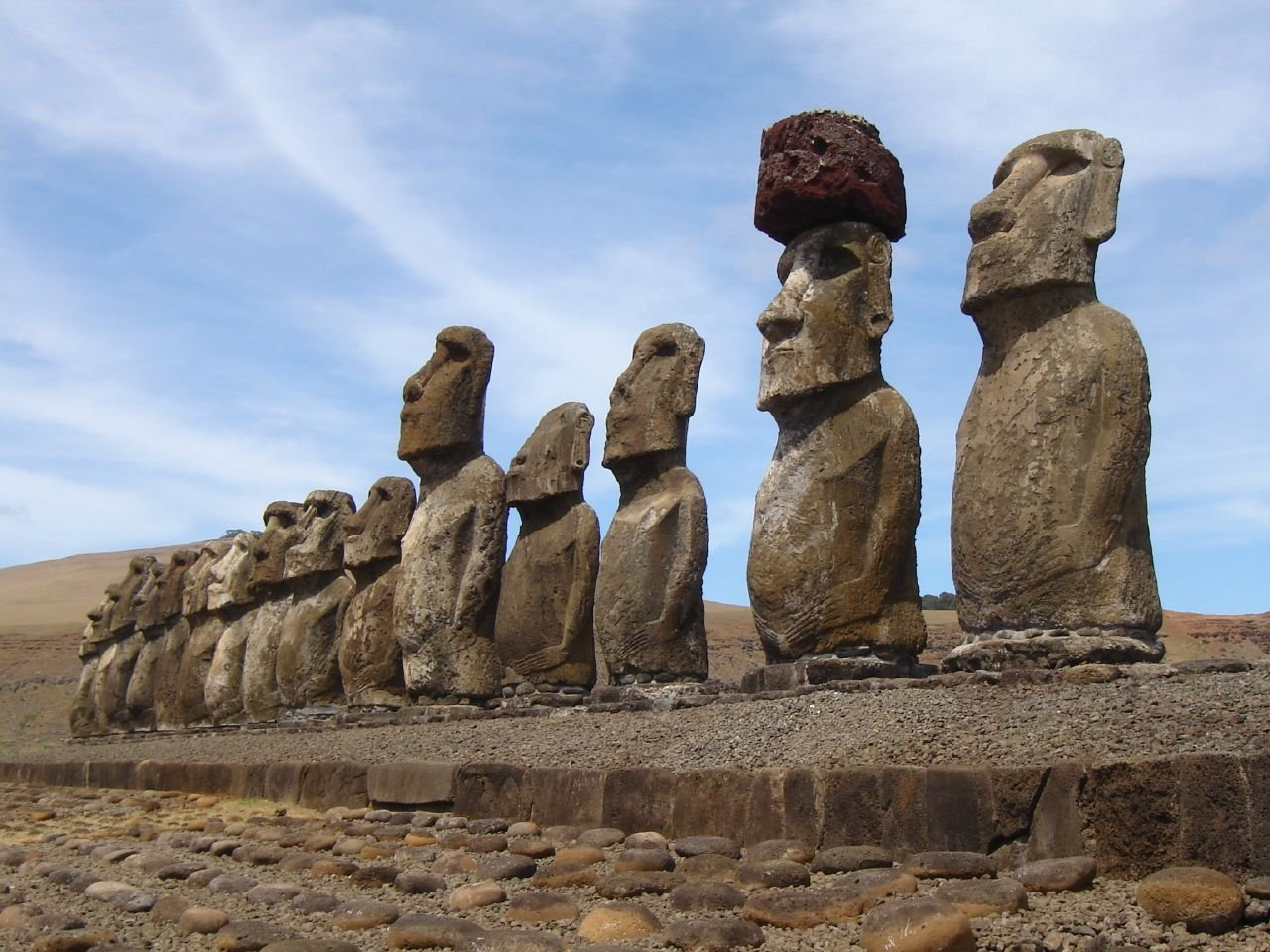 Фото Скульптуры Пасхи в ряд. Чили, Valparaiso, Исла де Паскуа, Camino Vaitea Anakena