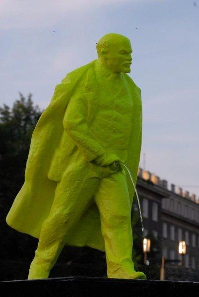 Фото Памятник писающему Ленину в Польше. Польша, Малопольское воеводство, Краков, Nowa Huta, osiedle Szkolne, 15