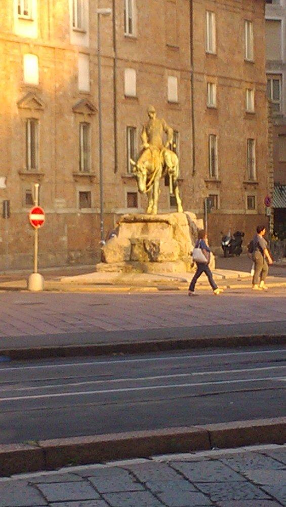 Фото Рядом памятник.jpg. Италия, Lombardia, Milano, Via Alberico Albricci, 2