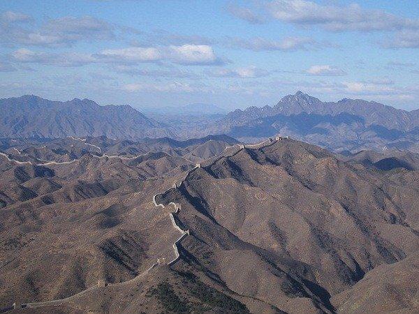 Фото Как видим, стена проходит по хребтам труднодоступных гор и холмов. Китай, Beijing Shi, Пекин, 216 Sheng Dao