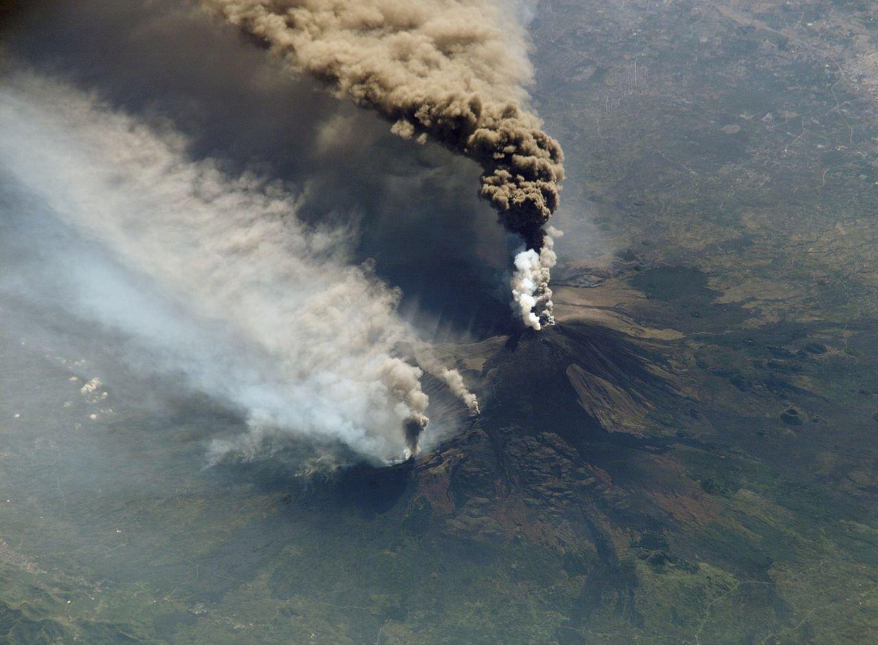 Фото Извержение Этны в 2002 году. Вид с МКС. Италия, Sicilia, Via Etna, 153