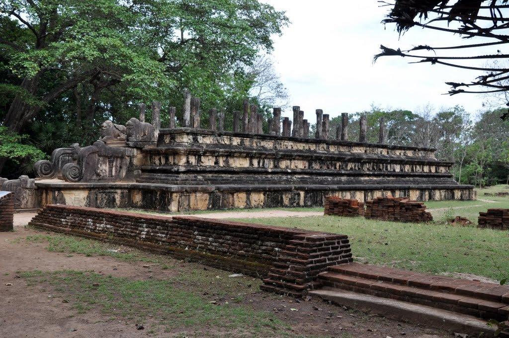 Фото Руины здания совета министров Ниссанкамаллы,Полоннарува, Шри-Ланка . Шри-Ланка, Северо-Центральная провинция, Полоннарува, Galvihare Road