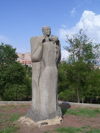 Фото Скульптура Ануш и Саро, Ереван, Армения. Армения, Ереван, Аджапняк, улица Алабян