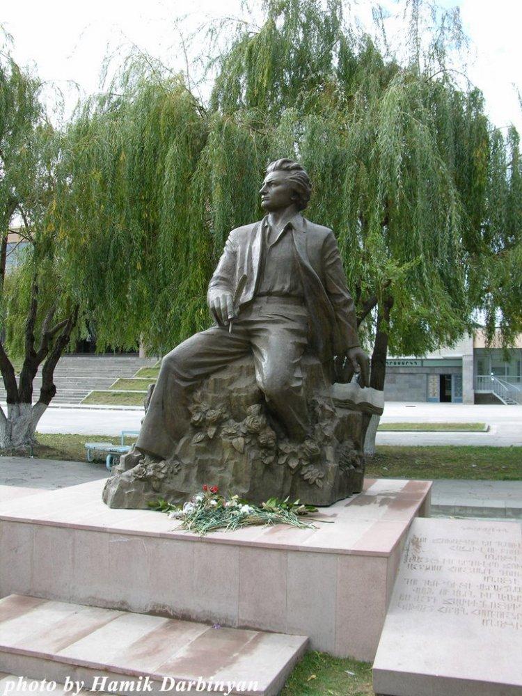 Фото Памятник Ованесу Ширазу, Гюмри, Армения. Армения, Ширак, Гюмри, Sayat Nova Avenue