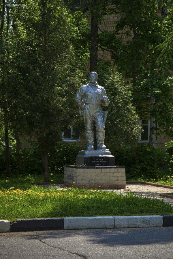 Фото Памятник Валерию Чкалову. Россия, Московская область, Химки го, Ленинский проспект, 8