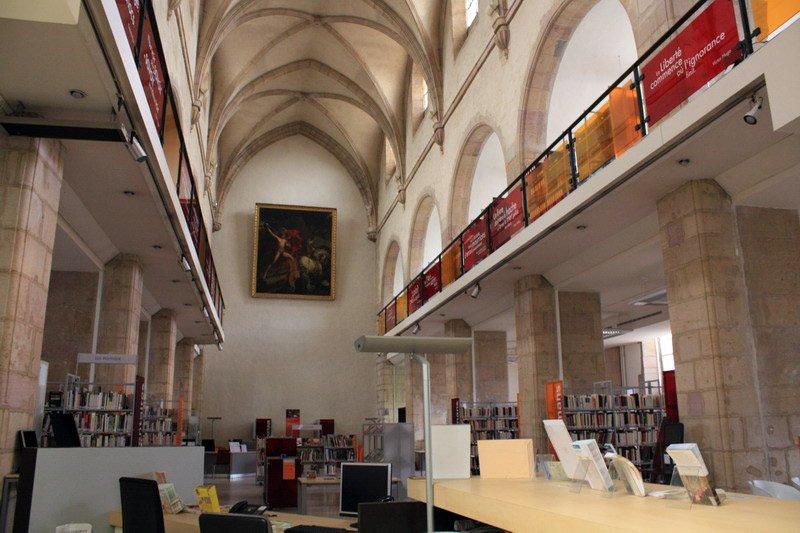 Фото Библиотека в бывшем соборе.