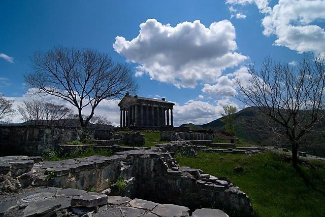 Фото фундамент дворца, храм и стены крепости. Армения, Котайк, Гарни, Marzpetuni Street