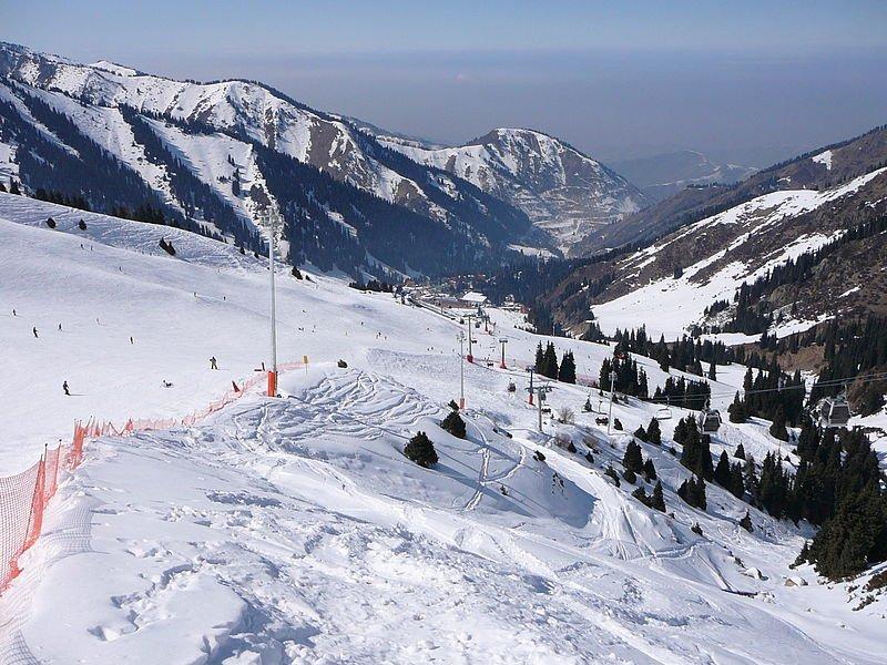 Фото вид из открытой кабины канатной дороги на горнолыжную трассу. Казахстан, Almaty Province, Almaty, Unnamed Road