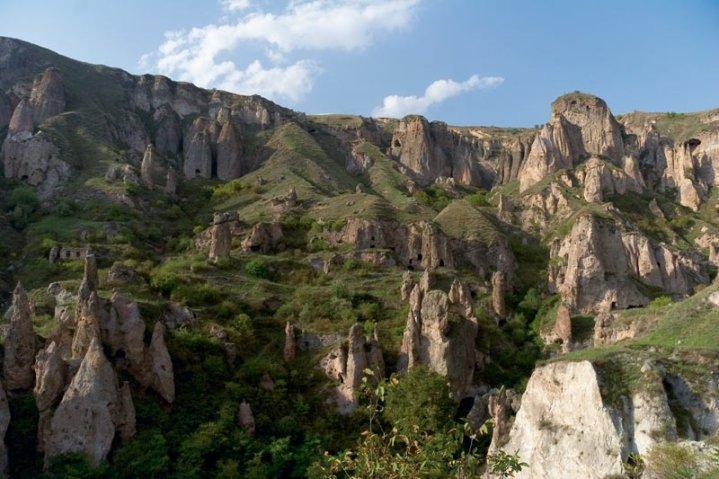 Фото пещерный город Хндзореск. Армения, Сюник, Goris-Berdzor-Stepanakert Highway