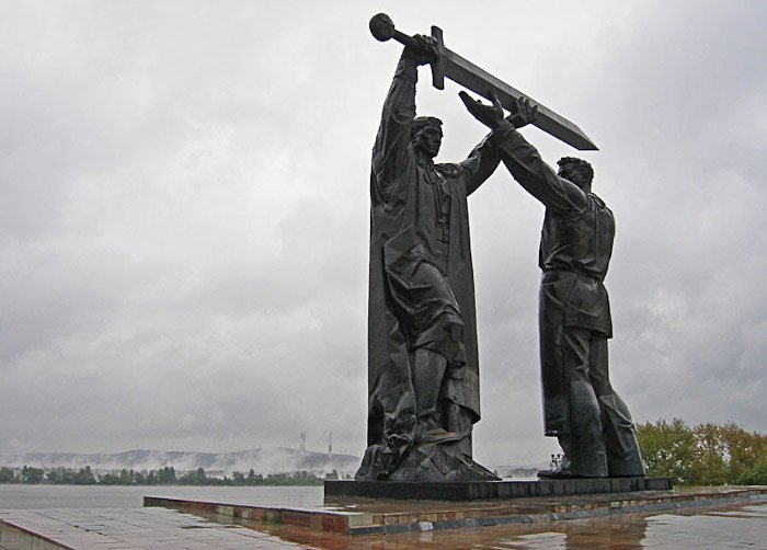 Мемориальный комплекс с барельефом в человеческий рост Достопримечательности Лампадка из лезниковского гранита резная Тейково