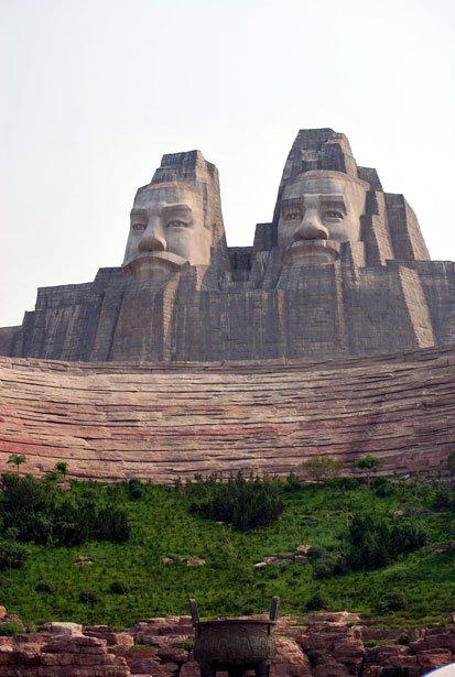Фото Скульптура императоров Янь и Хуань. Китай, Хэнань, Чжэнчжоу, Taoqingdong