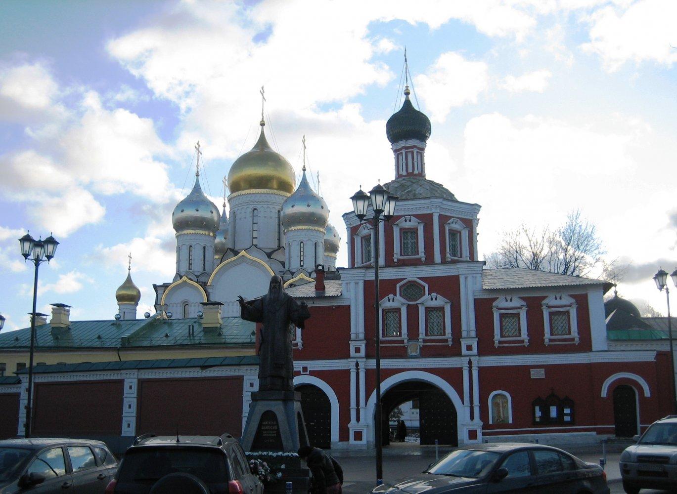 Фото Общий вид женского Зачатьевского монастыря с памятником его основателю. Россия, город Москва, 2-й Зачатьевский переулок, 2